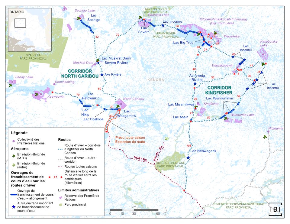 Cette carte montre le détail de deux corridors de routes d'hiver dans une région située au nord-ouest de l'Ontario, à savoir les corridors Kingfisher et North Caribou. La distance est indiquée en kilomètres pour des tronçons le long de ces corridors. Les ouvrages de franchissement de cours d'eau sont indiqués, de même que le nom des plans d'eau franchis. Un tronçon d'environ 39 kilomètres de la route d'hiver North Caribou est mis en évidence comme tronçon dont on prévoit la transformation en route toutes saisons; cela est indiqué comme un prolongement de la route toutes saisons appelée route NORT. Les limites administratives indiquées comprennent les réserves des Premières Nations et les parcs provinciaux.