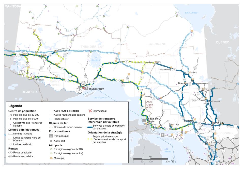Cette carte montre les trajets des services de transport interurbain par autobus dans le Nord de l'Ontario. Les tronçons du réseau ferroviaire utilisés pour le transport de passagers par train en plus du fret sont mis en évidence. Le chemin de fer Algoma Central est étiqueté. La carte met également en évidence les trajets prioritaires pour d'autres services de transport par autobus.